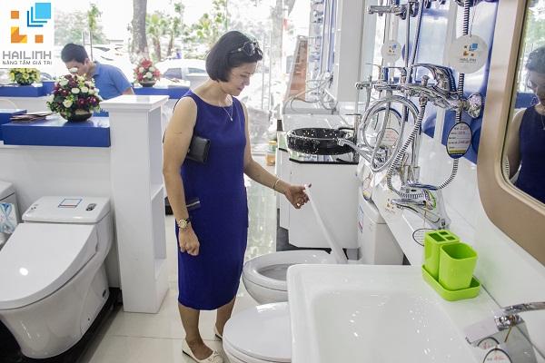 Showroom thiết bị vệ sinh Hải Linh 275 Khuất Duy Tiến luôn tấp nập người ra vào